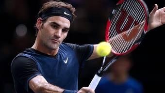 Roger Federer konzentriert bei einer Rückhand