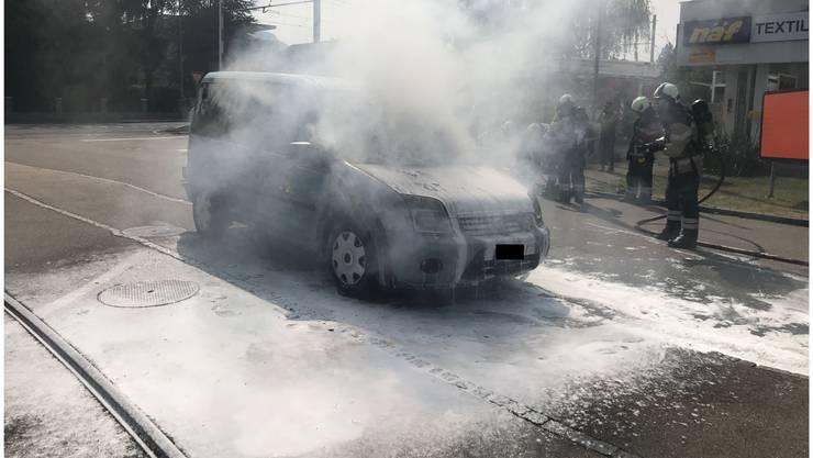 Auf der Baselstrasse in Reinach BL geriet am Samstagvormittag ein Fahrzeug in Brand. Die Feuerwehr konnte das Auto rasch löschen, das Fahrzeug wurde jedoch komplett zerstört. Verletzt wurde niemand. Die Polizei geht von einer technischen Brandursache aus.