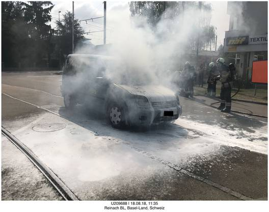 On Baselstrasse in Reinach BL a vehicle was on fire on Saturday morning. The fire brigade was able to quickly clear the car, but the vehicle was completely destroyed. No one was injured. The police assume a technical cause of fire.