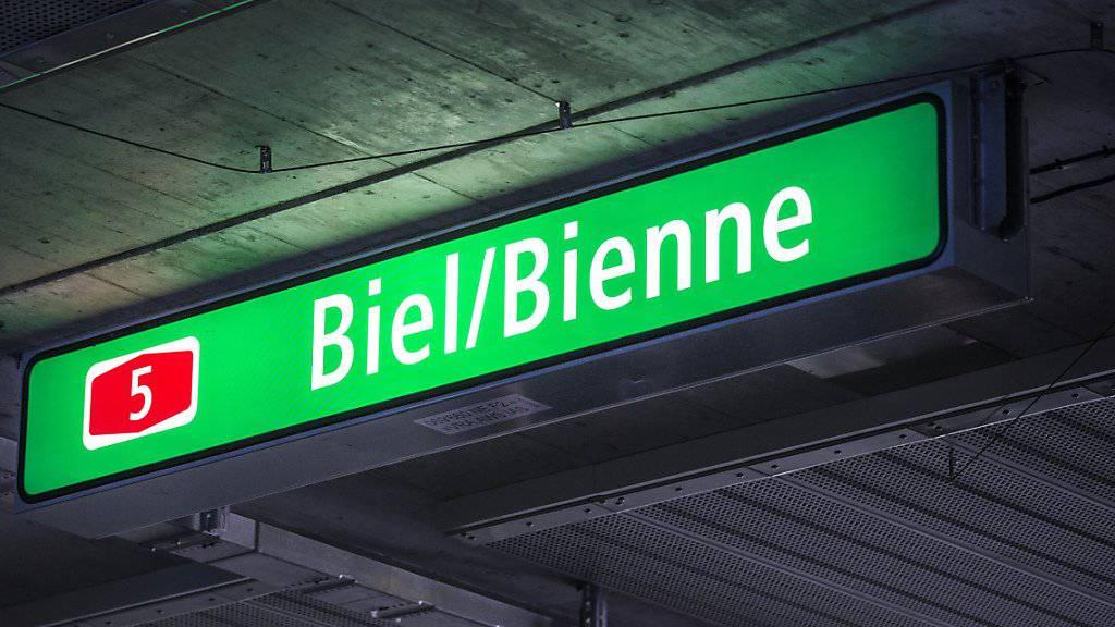 Dieses Schild in einem Tunnel der A5 bei Biel ist bereits zweisprachig gehalten. Andere Schilder sind hingegen heute noch einsprachig.