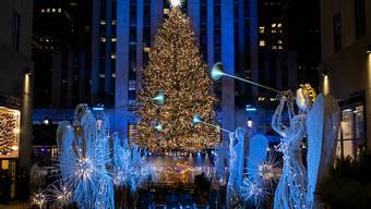 Mehr als 50.000 Lichter wurden am Weihnachtsbaum vor dem Rockefeller Center angezündet. Aufgrund der Corona-Beschränkungen fand das Spektakel am Rockefeller Center diesmal allerdings ohne Zuschauer vor Ort und nur als reine TV-Übertragung statt. Foto: Craig Ruttle/AP/dpa