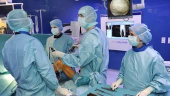 Karim Eid (zweiter von rechts) mit seinem Team bei einer arthroskopischen Kniespiegelung.