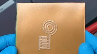 Auf ein Trägermaterial gedruckt ist der Sensor aus Nanocellulose nur einen halben Millimeter dick.