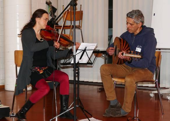 Liora Heppner (Viola) und Youssef Bouizy (Oud) verzaubern die Zuhörer mit kulturverbindenden Klängen.