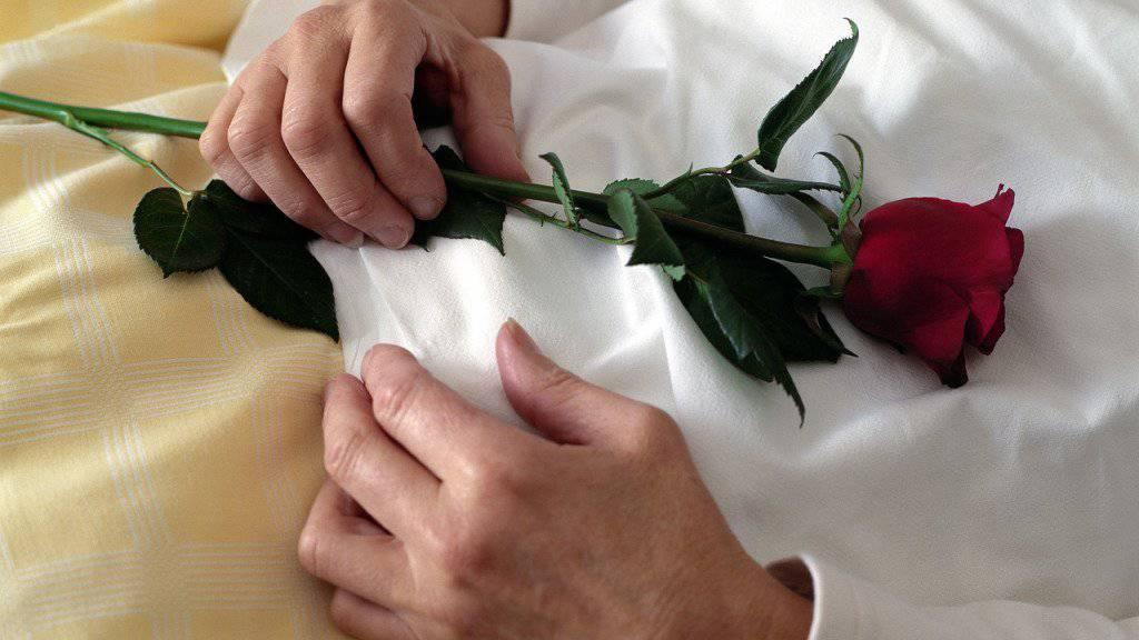 In Neuseeland starb ein Paar nach 61 Jahren Ehe unabhängig voneinander am selben Tag eines natürlichen Todes. (Symbolbild)