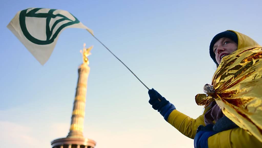 Proteste bei der Berliner Siegessäule: Rund tausend Klimaaktivisten blockierten den Verkehr.