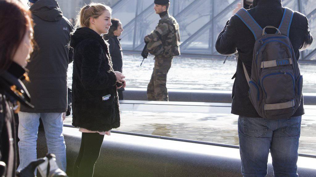 Nach der Macheten-Attacke nahe des Louvre in Paris wurde das berühmte Museum wieder für die Besucher geöffnet. Zahlreiche Touristen strömten wieder in das Museum. Vor dem Gebäude patrouillierten Sicherheitskräfte. (Archivbild)