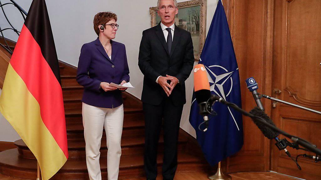 Die deutsche Verteidigungsministerin Annegret Kramp-Karrenbauer (links) hat bei ihrem Antrittsbesuch bei Nato-Generalsekretär Jens Stoltenberg (rechts) die alte Zusage bekräftigt, dass der Anteil der deutschen Verteidigungsausgaben am Bruttoinlandprodukt bis 2024 auf 1,5 Prozent steigen soll.