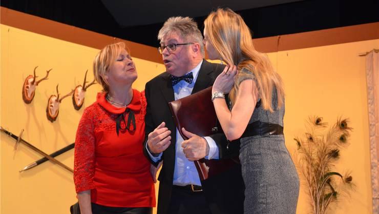 Von links: Adelheid (Inge Rohr) und Julia (Jennifer Hirt) nehmen den Rechtsanwalt Balthasar Blüemli (Hans Duss) in die Mangel.