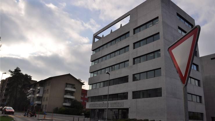 Hier führte die Staatsanwaltschaft am Donnerstag eine Hausdurchsuchung durch: Das Dietiker Bezirksgebäude beim Bahnhof.