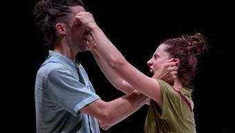 Laetitia Kohler und Benjamin Lindh Medin lösen Spannungen spielerisch auf.