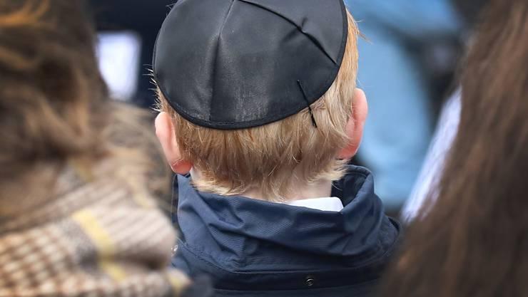 Nachdem der Antisemitismus in Deutschland durch die Erinnerung an Holocaust und Nazi-Vergangenheit einigermassen unter Kontrolle schien, flammt er mit muslimischen Immigranten nun wieder auf (Symbolbild mit jüdischer Kippa).