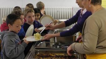 Der Andrang und der Hunger am Mittagstisch sind jeweils gross. mf