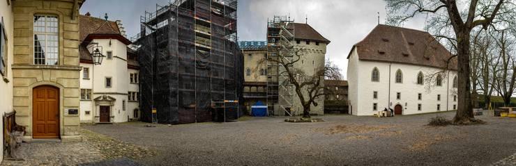 Das Ritterhaus (rechts) zeigt nach einer Saison hinter Gerüsten sein frisch saniertes Gesicht. Die letzten Fassaden- und Steinmetzarbeiten werden noch bis im Sommer am Uhrenturm (schwarz eingerüstet) und am Torhaus durchgeführt.