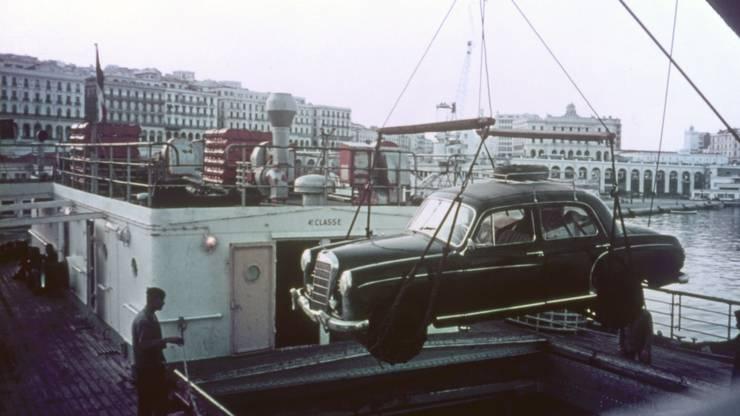Der Schriftsteller Lorenz Stäger durchquerte 1966 zusammen mit Kollegen in seinem Mercedes die Sahara. Autoverlad in Algier.