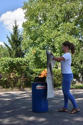 Praktischer Einsatz zum Löschen einer brennenden Pfanne.