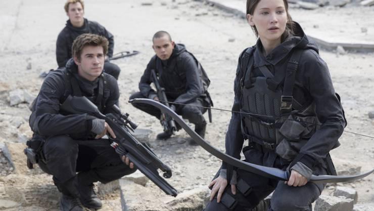 """V.l.n.r.: Liam Hemsworth, Sam Clafin, Evan Ross und Jennifer Lawrence in """"The Hunger Games: Mockingjay - Part 2"""". In Nordamerika  hatte der Abschlussfilm der  """"Tribute von Panem""""-Reihe einen vergleichsweise schlechten Start (Archiv)."""