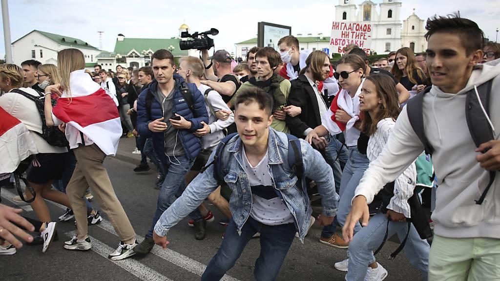 Belarussische Studenten flüchten in Minsk vor der Polizei. Foto: Uncredited/Tut.by/AP/dpa