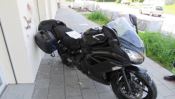 Die Motorradlenkerin zog sich beim Unfall mittelschwere Verletzungen zu.