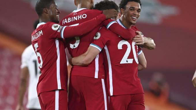 Diogo Jota, der Zweite von rechts, lässt sich von den Teamkollegen nach dem Treffer zum 3:1 umarmen.