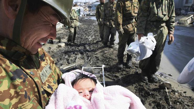 Gerettet: Dieses vier Monate alte Baby in Ishinomaki im Norden Japans. Hiroto Sekiguchi/keystone CORRECTS CITY AND SOURCE - A Japan Self-Defense CREDIT MANDATORY Gerettet: Dieses vier Monate alte Baby in Ishinomaki im Norden Japans. Hiroto Sekiguchi/keystone