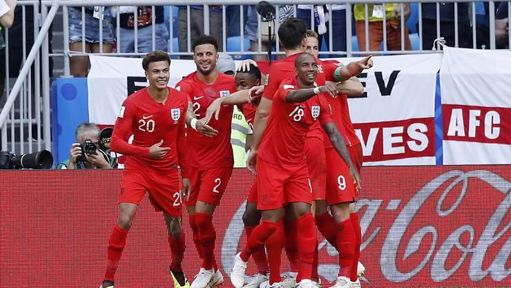 Die Engländer bejubeln das 2:0 durch Dele Alli (l.)