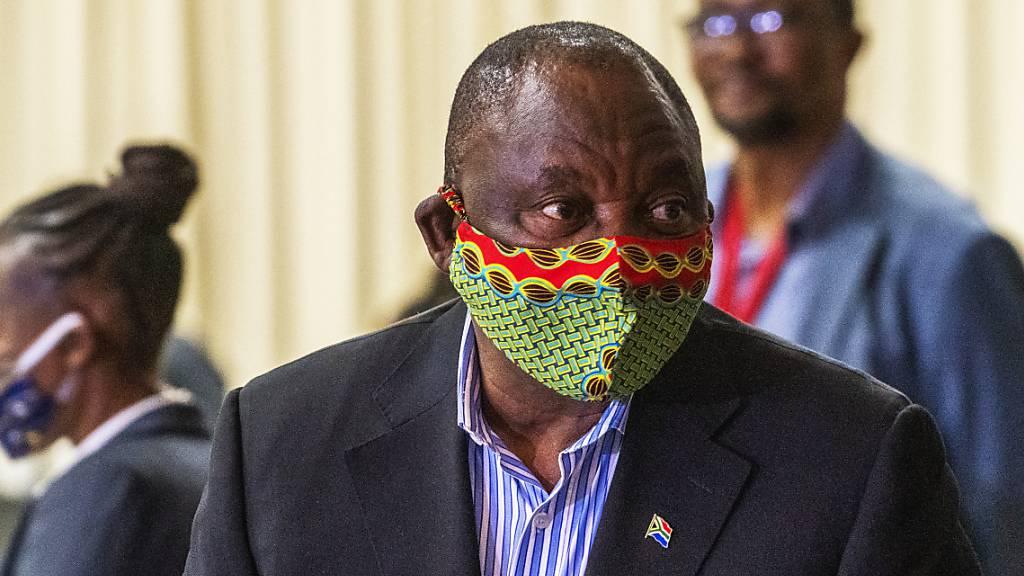 ARCHIV - Cyril Ramaphosa, Präsident von Südafrika, trifft im NASREC Expo Centre in Johannesburg ein, wo Patienten mit Covid19-Sympthomen behandelt werden. Foto: Jerome Delay/AP/dpa