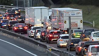 Der Verkehr werde mit Tempo 80 flüssiger, weil der Abstand zwischen den Fahrzeugen reduziert werde und es zu weniger Unfällen komme, so Jürg Röthlisberger. (Symbolbild)