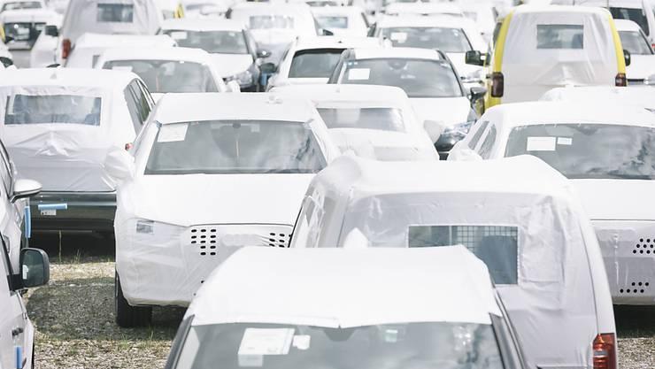 315'032 neue Personenwagen sind 2017 in der Schweiz neu in Verkehr gesetzt worden, 1,3 Prozent weniger als im Vorjahr. Im Bild Neuwagen mit Schutzplanen bei der Amag in Lupfig AG.