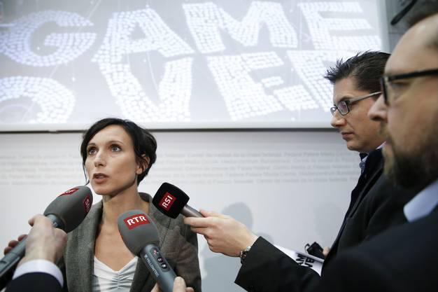 Pascale Bruderer beantwortet Fragen der Medienvertreter