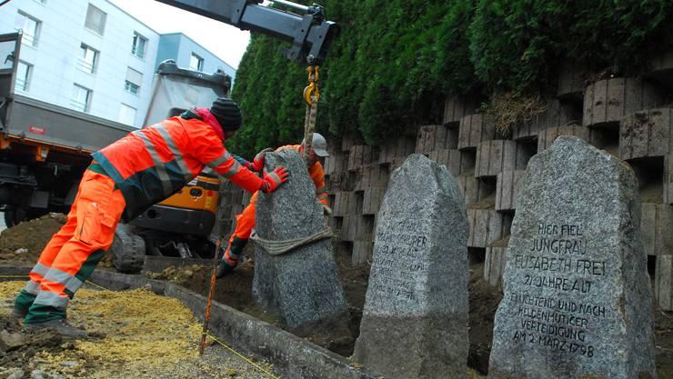 Der letzte der Gedenksteine wird am Maria-Schürer-Platz eingelassen