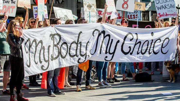 Irische Abtreibungsbefürworter an einer Kundgebung.
