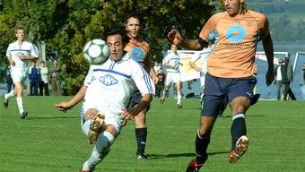 Regionaler Spitzenfussball mit Seesicht: Das Spielfeld des FC Beinwil am See muss vergrössert werden. Archiv/Walter Schwager