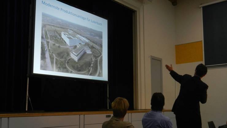 Jörg Thömmes (Vertreter Biogen) zeigt eine Vision, wie die Gebäude in Luterbach dereinst aussehen könnten.