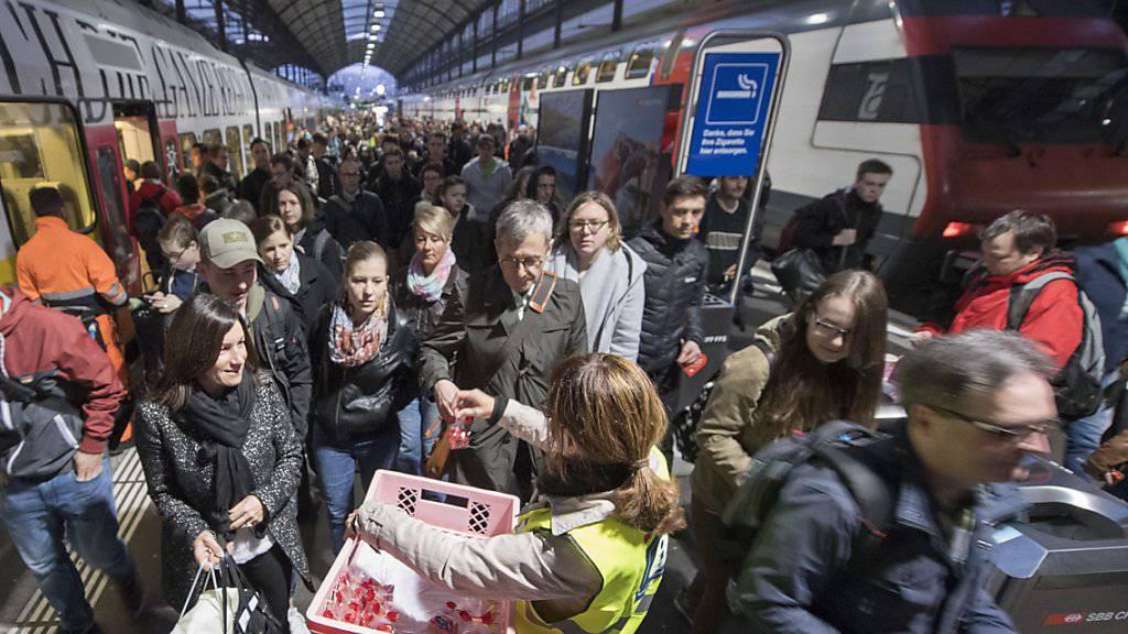 Seit dem frühen Morgen ist der Bahnhof Luzern wieder geöffnet, die Züge Fahren wieder und die Zugpassagiere erhalten von der SBB als Entschuldigung Schokoladenherzen geschenkt.