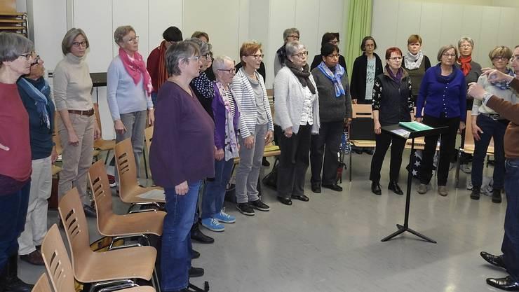 Der eigens zusammengestellte Frauenchor beim Üben mit Dirigent Daniel Willi