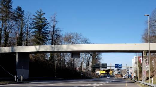 Die Fussgänger-Brücke beim Zubringer zur A2 bei Birsfelden erstrahlt wieder grünlich grau – und damit Astra-konform. Fotos: Kenneth Nars
