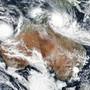 Satellitenbild der beiden Zyklone über Australien.