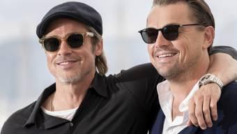 """Brad Pitt, links, will es vom Kollegen Leonardo DiCaprio, rechts, genau wissen: Hätte es in """"Titanic"""" nicht ein Happy End geben können? Hätte sich DiCaprio nicht auch noch auf die Tür quetschen können? (Archivbild)"""