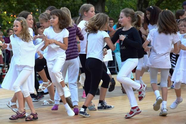 Tanzkurstänze - Unter- und Mittelstufe wirbeln über die Bühne auf der Schützenmatt-Wiese