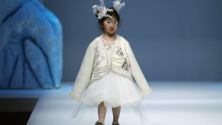 Ein Kindermodel an der China Fashion Week in Peking, 26. März 2018.