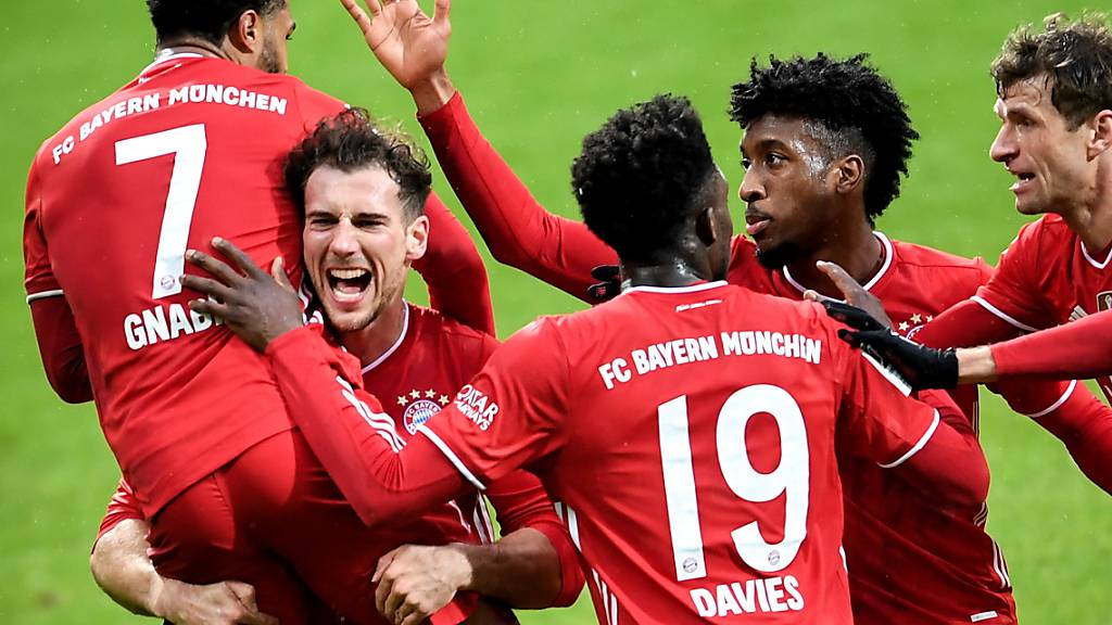 Die ersten beiden Bayern-Torschützen Serge Gnabry und Leon Goretzka (von links) jubeln nach dem 2:0