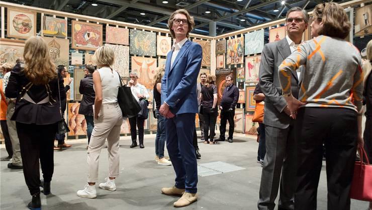 Die «Art Unlimited» ist eröffnet: Kunstinteressierte strömen in die Halle und bewundern die Kunstwerke.
