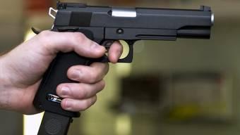 Mit einer Faustfeuerwaffe bedrohte der Täter der Serviceangestellten Bargeld. (Symbolbild)