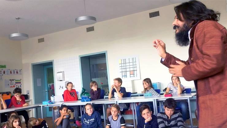 Yoga-Lehrer Prem Paras Tripathi führt die Schüler in die Welt des Meditierens ein.zvg
