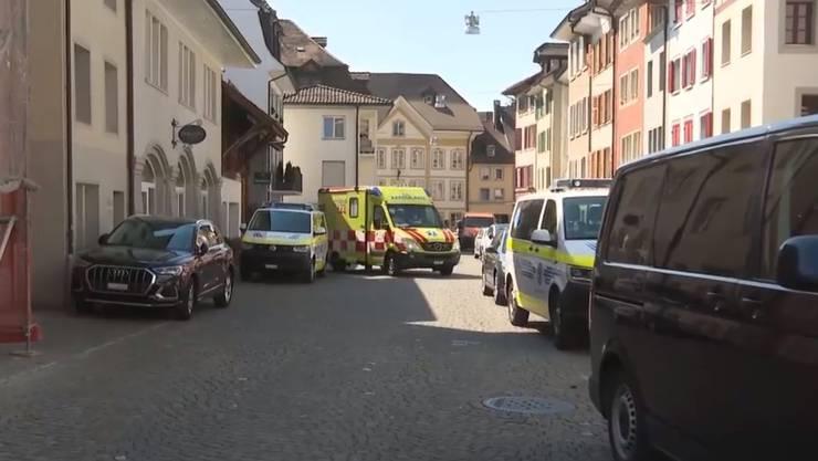 Die Ambulanz fährt wieder aus der Bärengasse weg.