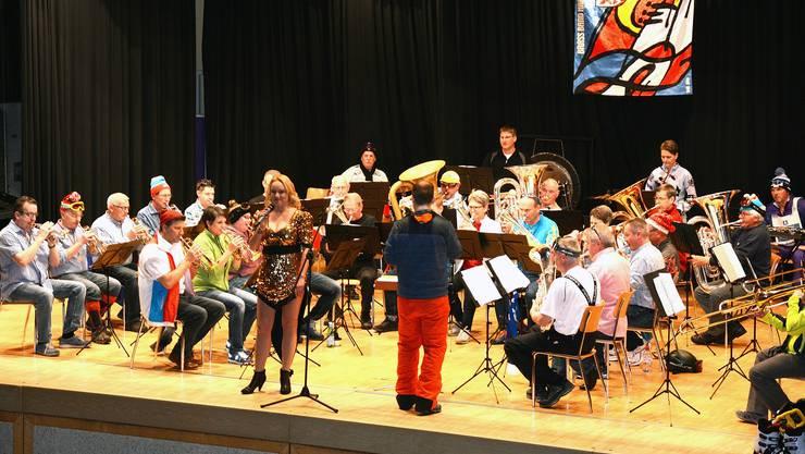 War das tatsächlich Helene Fischer? Nein, ihr Double Ricarda Ulm sang zusammen mit der Brassband Harmonie aus Wolfwil.