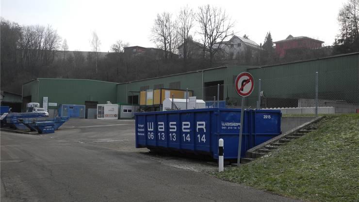 Die Herzog Hornussen AG hat das ehemalige Klein-Areal in Hornussen ersteigert. Die Parzelle dient vorderhand den neuen Eigentümern als strategische Reserve. Der Mietvertrag mit der Firma Waser läuft noch bis Ende 2019.mf