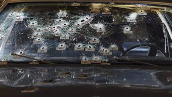 Die Windschutzscheibe des Autos, auf das die  Polizisten fast 140 Mal geschossen wurde (Quelle: Staatsanwaltschaft Ohio)