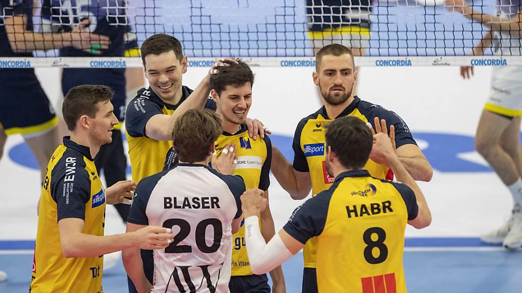 Jonas Volleyballer freuen sich im Cupfinal über den ersten Titel der Klubgeschichte